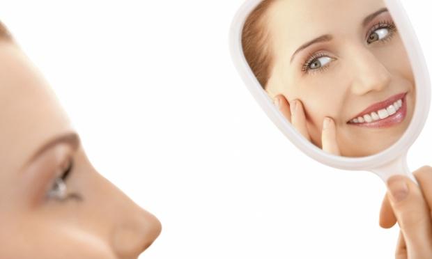 mulher-olhando-espelho-espinha-acne-26532