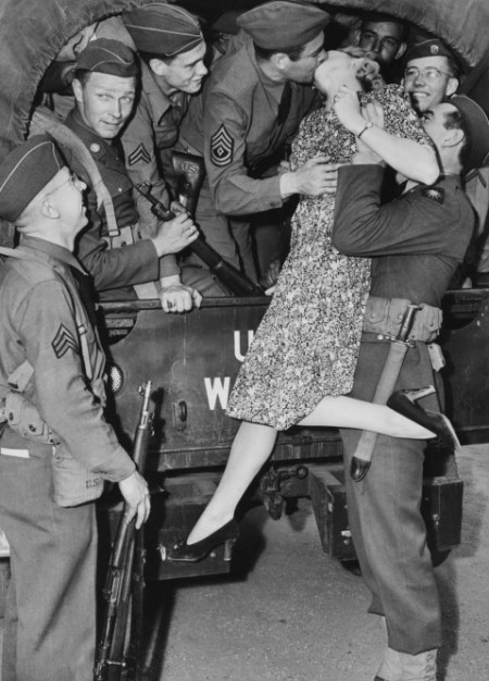 actress-martha-o_driscoll-kisses-a-soldier-goodbye-in-los-angeles-1941