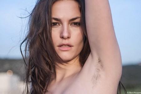 Mulheres com axilas peludas em sinal de protesto